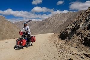 cofIndie, Ladakh, podjazd pod przełęcz Khardong La 5360 m. n.p.m.